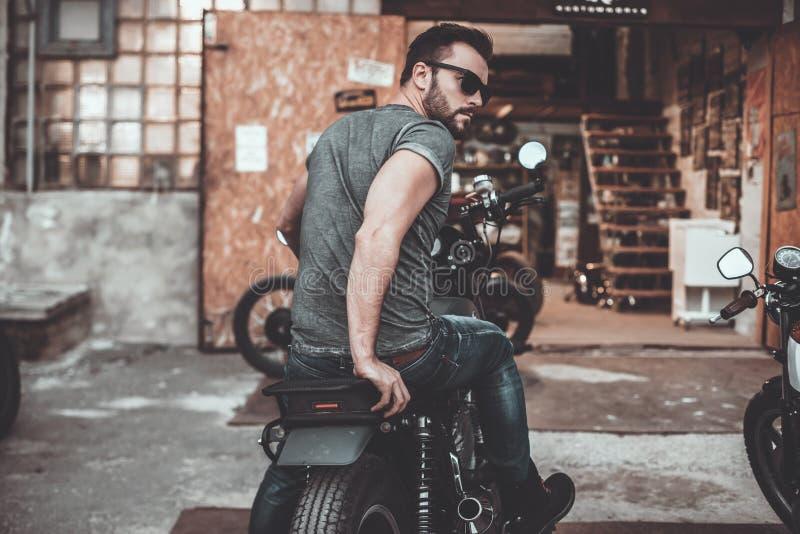 Sensación cómodo en su bici foto de archivo libre de regalías