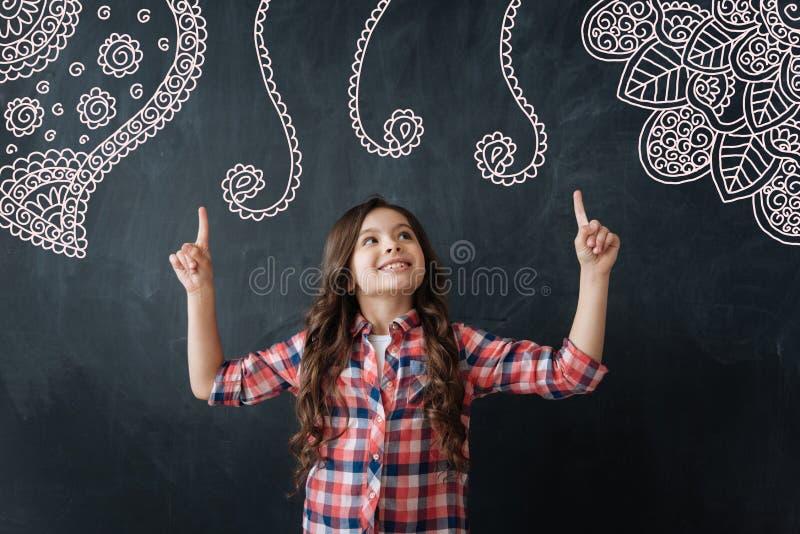 Sensación creativa del niño orgullosa y demostración sus nuevas imágenes imagen de archivo libre de regalías