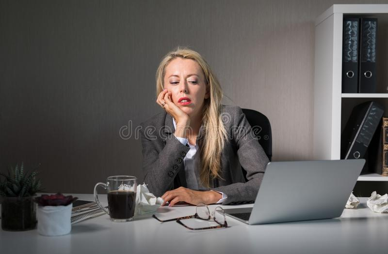 Sensación de la mujer agujereada en su trabajo foto de archivo libre de regalías