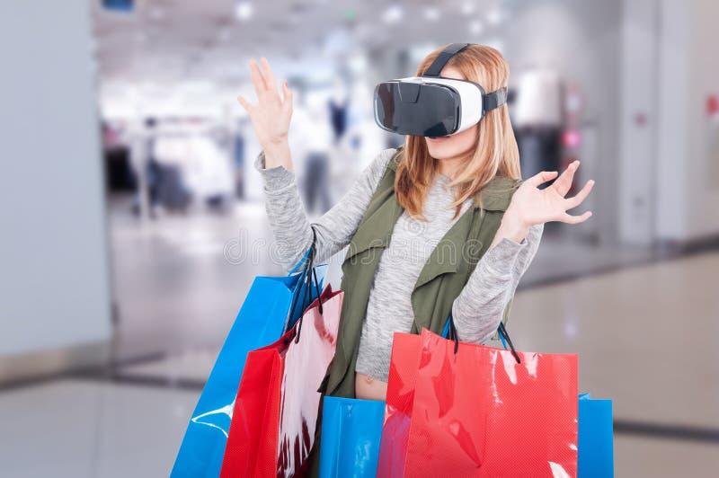 Sensación de la mujer asustada al usar los vidrios de la realidad virtual imagen de archivo