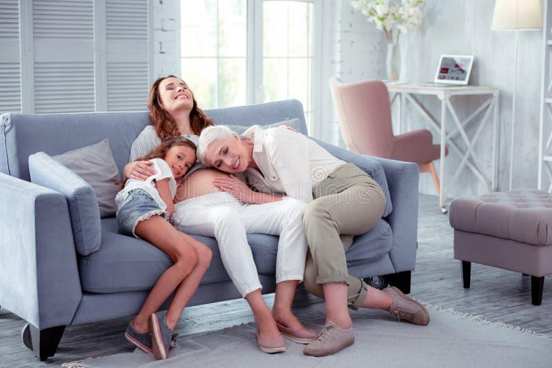 Sensación de la mujer embarazada memorable con la madre y la hija imagenes de archivo