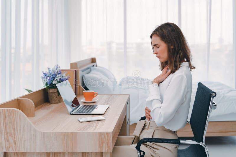 Sensación de la mujer de negocios dolorosa de enfermedad del dolor de estómago durante el trabajo en la oficina, manos que tocan  fotos de archivo