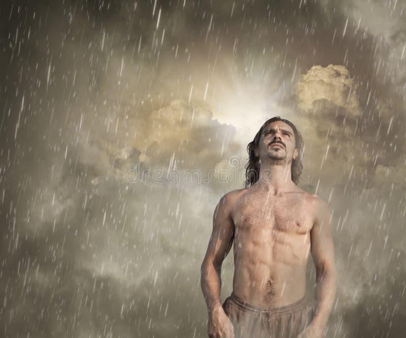 Sensación del hombre perdida en la lluvia fotos de archivo