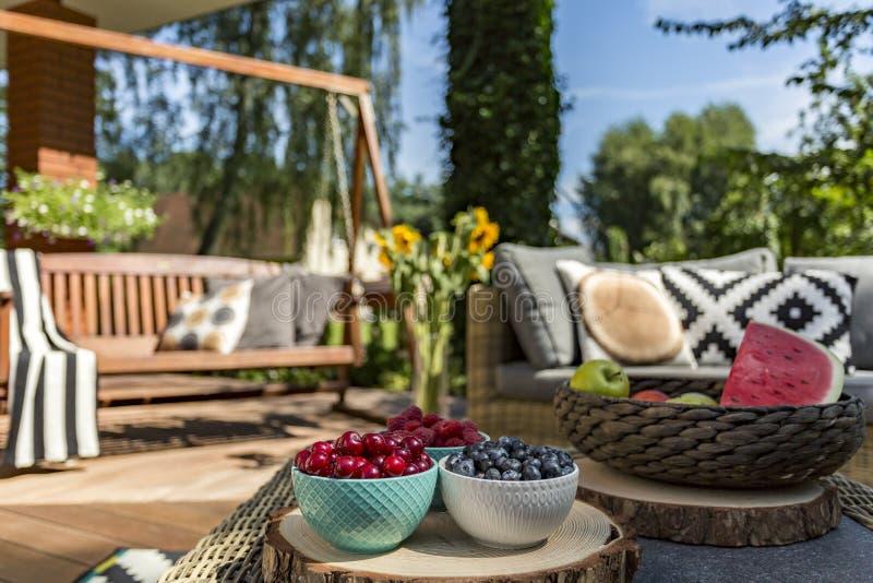 Sensación del verano en el jardín de la casa imagen de archivo libre de regalías