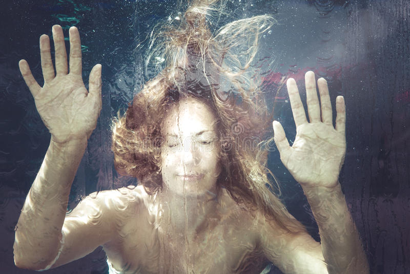 Sensación del verano Mujer bajo el agua imagenes de archivo