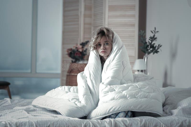 Sensación deprimida de la mujer desmotivada por la mañana imagenes de archivo