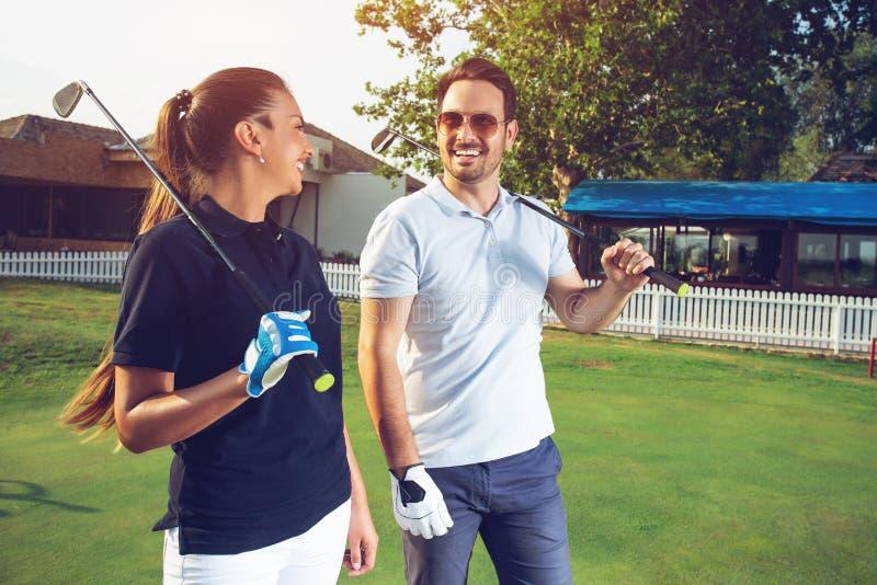 Sensación feliz de los pares feliz después de juego de golf fotografía de archivo libre de regalías