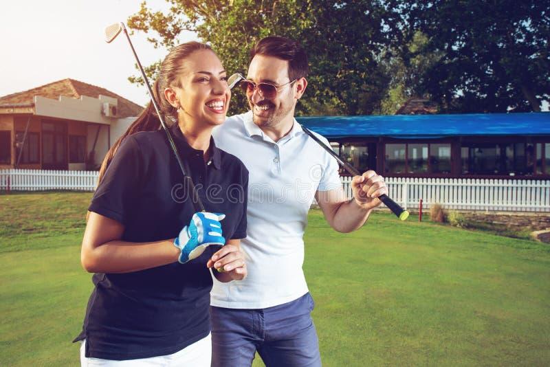 Sensación feliz de los pares feliz después de juego de golf foto de archivo libre de regalías