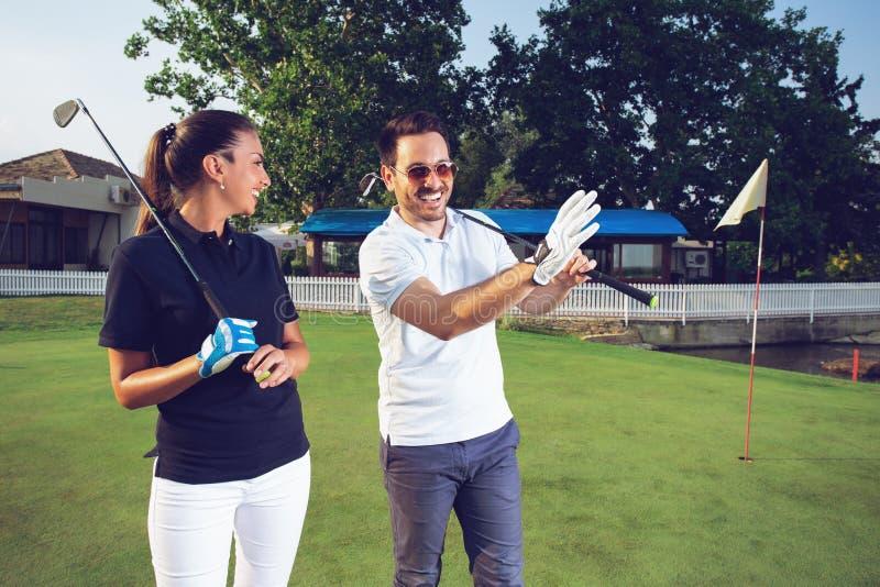 Sensación feliz de los pares feliz después de juego de golf imagen de archivo libre de regalías