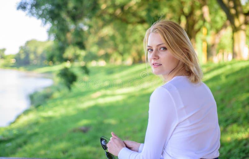 Sensación libre y relajado Rotura rubia de la toma de la mujer que se relaja en parque Usted merece verde relajante de la muchach imagen de archivo