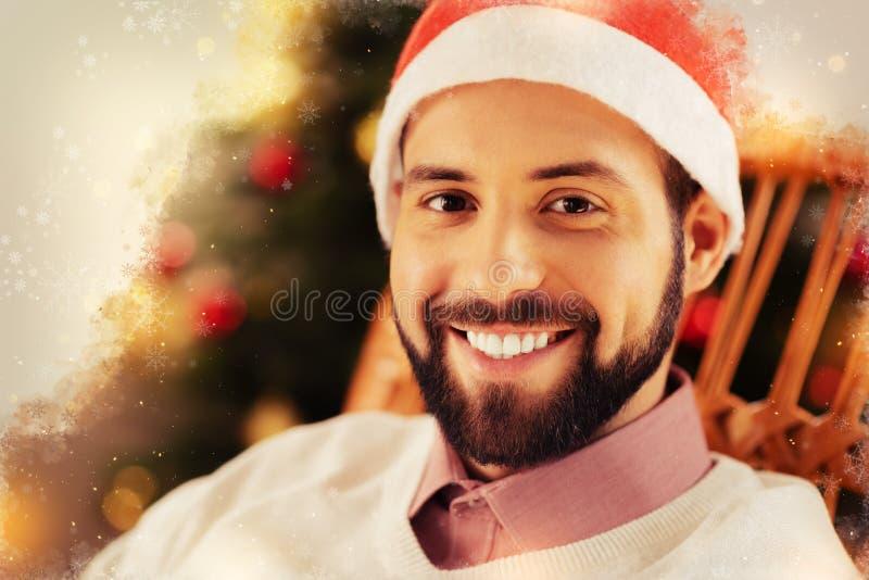 Sensación oscuro-cabelluda hermosa del hombre de negocios feliz teniendo vacaciones de la Navidad foto de archivo