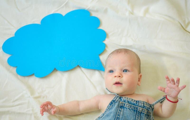 Sensación positiva Familia Cuidado de niños El día de los niños Pequeña muchacha Puedo hablar Palabra en nube Pequeño bebé dulce  fotos de archivo libres de regalías