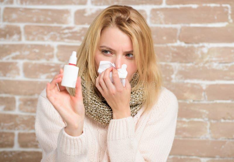 Sensación sofocante Mujer enferma que inyecta descensos en nariz Muchacha bonita con los mocos que llevan a cabo descensos nasale imágenes de archivo libres de regalías