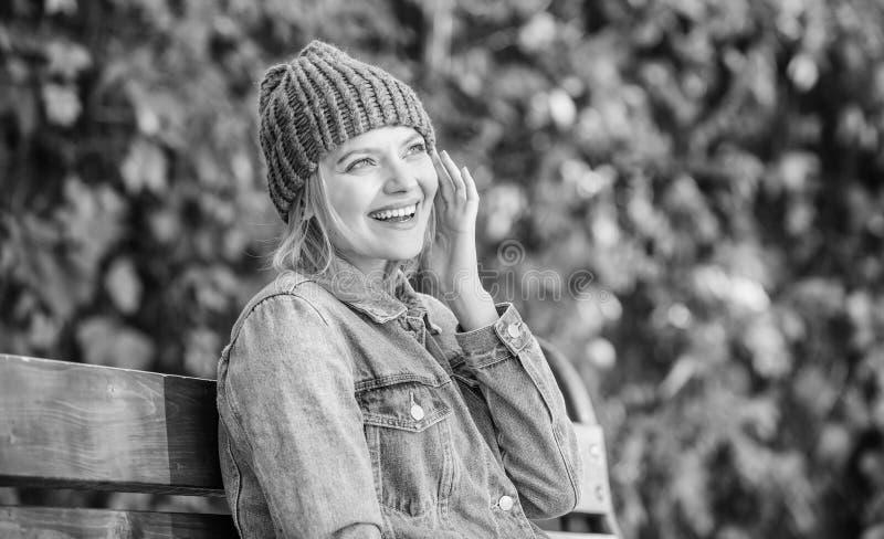 Sensaci?n c?moda esta ca?da con el sombrero elegante suave y caliente Accesorio hecho punto para la temporada de oto?o Complement imagen de archivo
