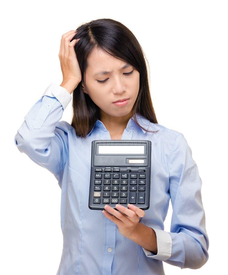 Sensation asiatique de femme triste et problème avec la calculatrice photographie stock libre de droits