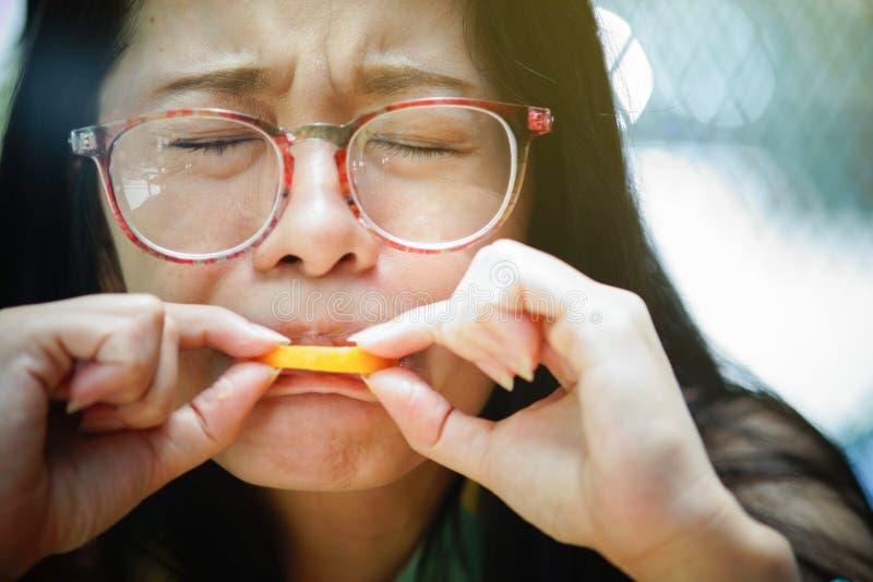 Sensation de femme de plan rapproché de portrait aigre avec les fruits oranges image stock