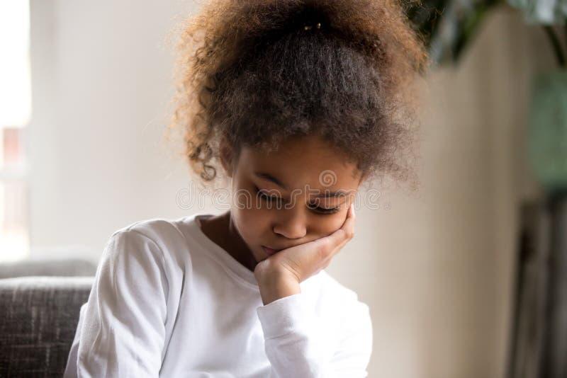 Sensation de fille d'Afro-américain de renversement en bas seul de se reposer photos libres de droits