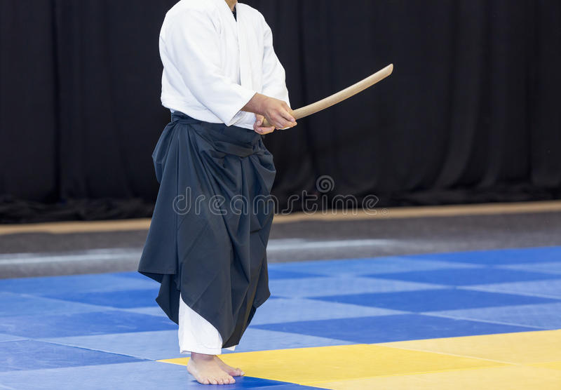 Sensei展示一个剑技术 免版税库存照片