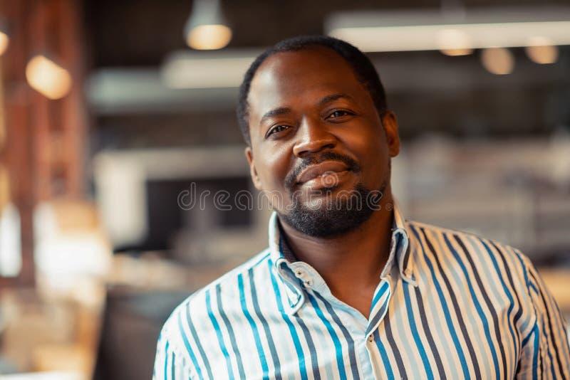 Sensibilità afroamericana dell'uomo eccitata prima di lanciare nuovo progetto fotografia stock libera da diritti
