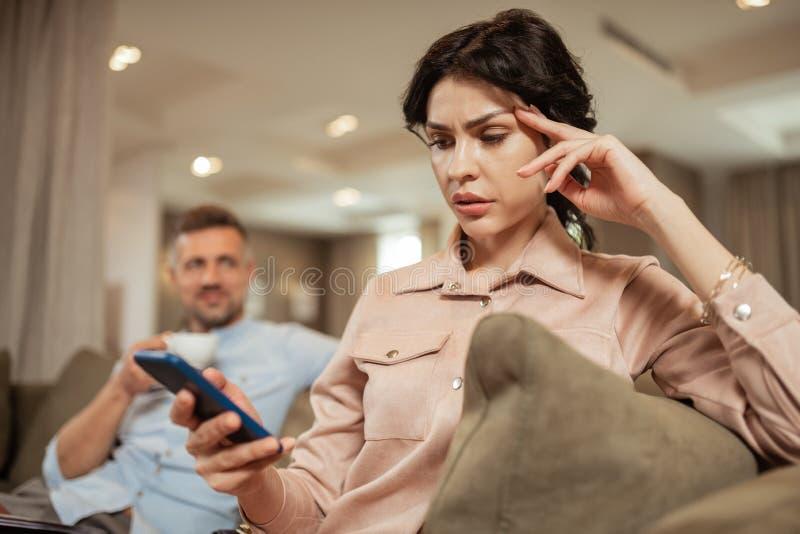 Sensibilità della bruna preoccupata prima della riunione del chirurgo plastico fotografia stock