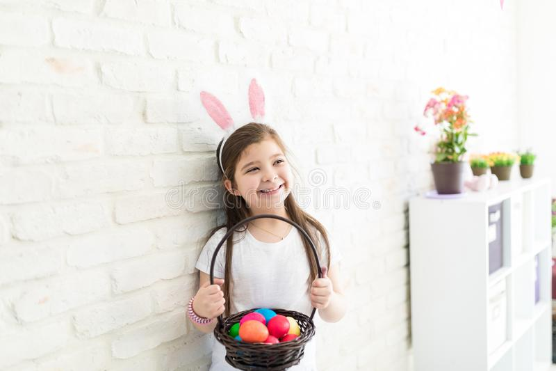 Sensibilità della ragazza felice circa la sua raccolta di Pasqua immagine stock libera da diritti