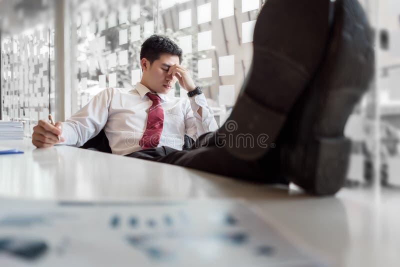 Sensibilità depressa dell'uomo d'affari sollecitata fotografie stock libere da diritti