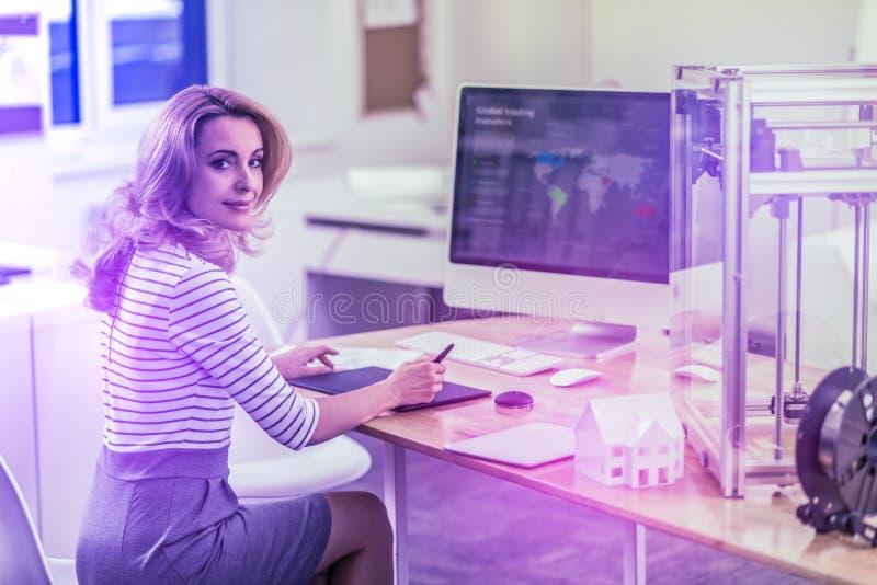 Sensibilità occupata della donna di affari sovraccaricata mentre lavorando alle politiche estere fotografia stock