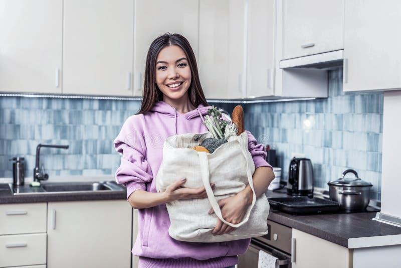 Sensibilità sorridente della casalinga eccitata prima della cottura della cena fotografia stock libera da diritti