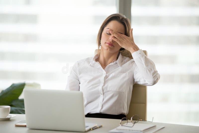 Sensibilità stanca della donna di affari Fatigued esaurita di lavoro eccessivo dentro di fotografia stock libera da diritti