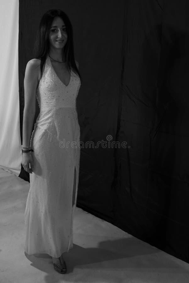 Sensible, la longue robe de mariage blanche de rose, avec perlé s'insère, avec la fente sur les jambes, les épaules nues E image stock