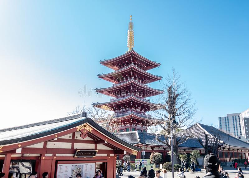 Senso籍寺庙的游人参观Gojunoto五层的塔 免版税库存图片