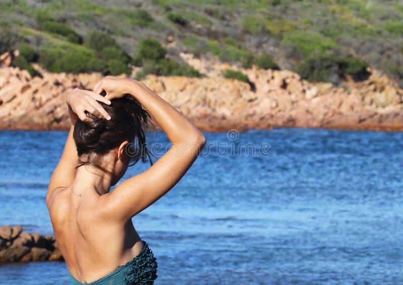 Senso di libertà - adatti il ritratto della ragazza in bikini immagini stock libere da diritti