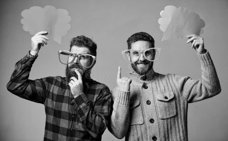 Senso di umore e comico Gli uomini con i pantaloni a vita bassa maturi dei baffi e della barba indossano gli occhiali divertenti  immagini stock libere da diritti