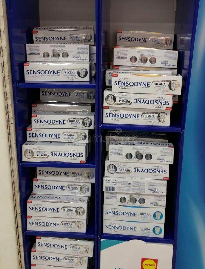 Sensodyne no supermercado imagem de stock royalty free