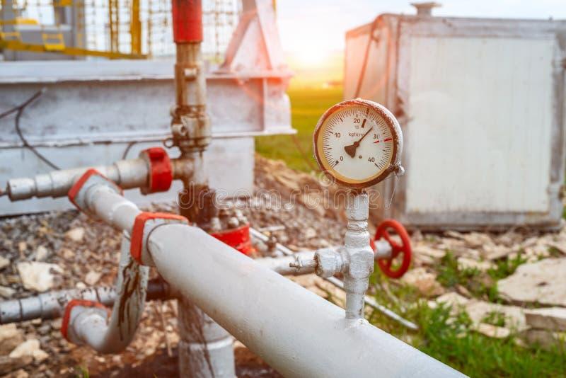 Sensor de la presión del aceite o de gas en la estación de bombeo para la producción petrolífera de petróleo y gas imagen de archivo libre de regalías