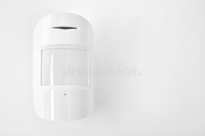 Sensor de movimiento moderno en la pared dentro imagen de archivo