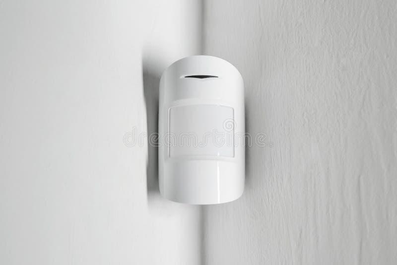 Sensor de movimiento moderno en la pared dentro fotografía de archivo libre de regalías