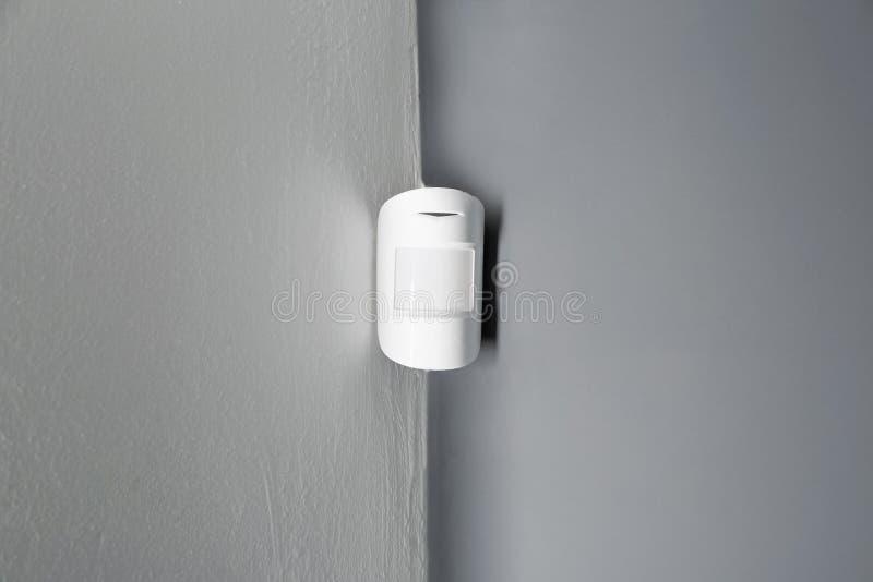 Sensor de movimiento moderno en la pared dentro foto de archivo libre de regalías