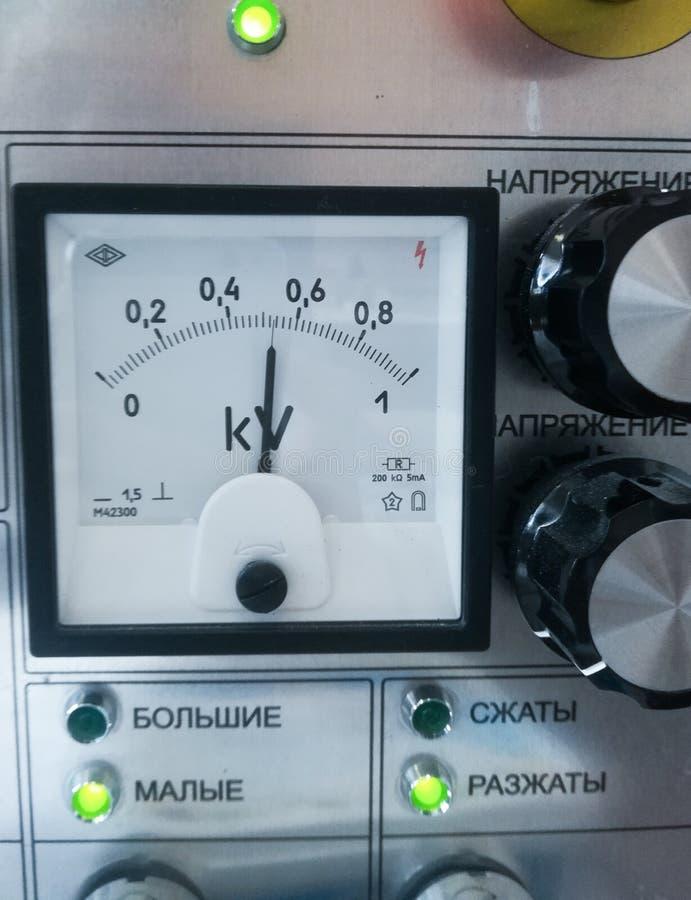 Sensores blancos del voltaje en el tablero de instrumentos fotos de archivo