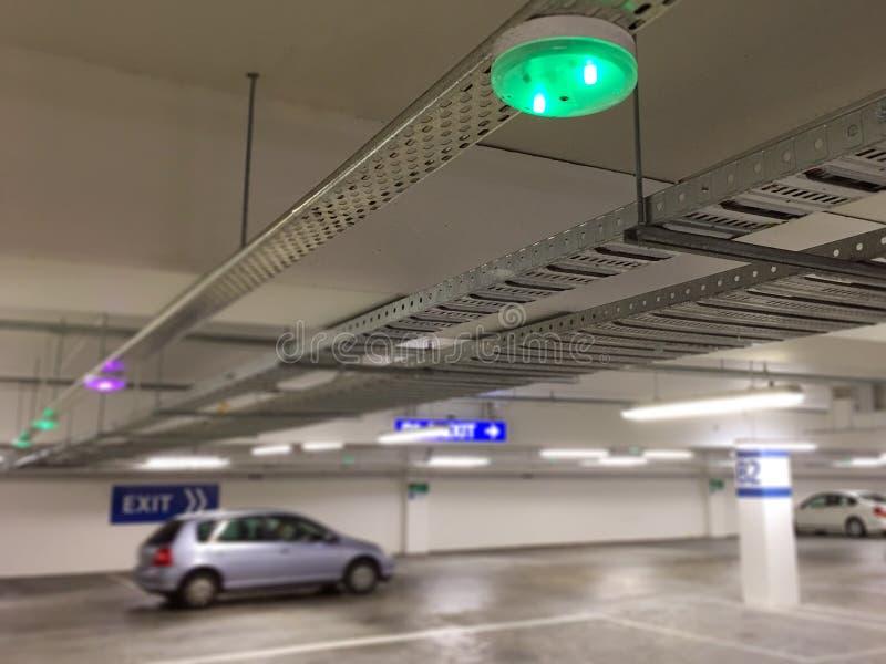 Sensores del estacionamiento del coche en techo, foto de archivo