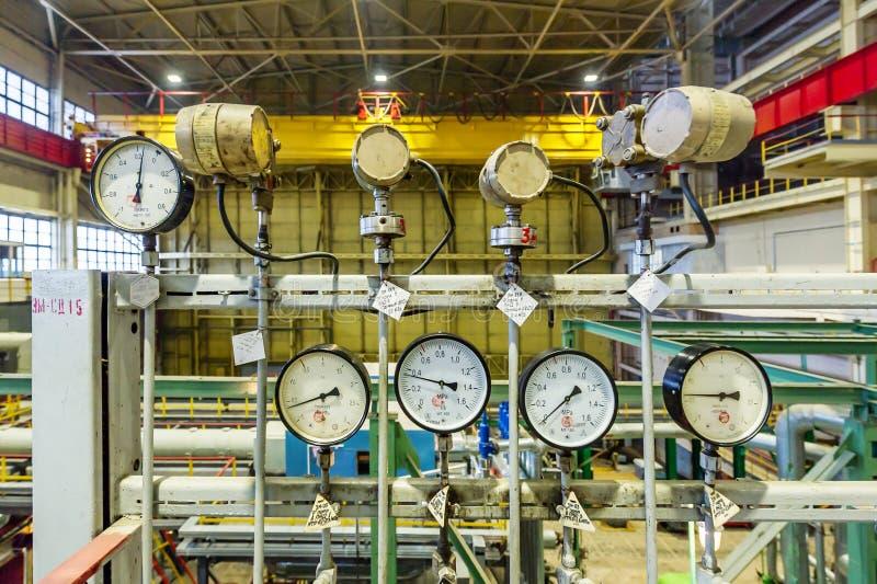 Sensores y dispositivos que indican los parámetros de la agua caliente en el sistema de calefacción de una casa grande foto de archivo