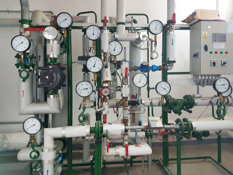 Sensores y dispositivos que indican los parámetros de la agua caliente en el sistema de calefacción de una casa grande Entrelazam fotografía de archivo
