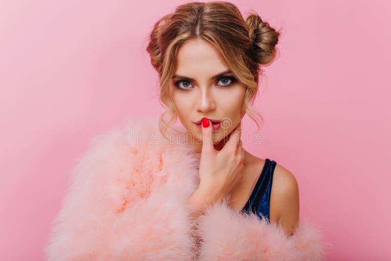 Sensual bläuääugige, schwungfaues Mädchen im rosa Zimmer und mit Interesse Aussehende Adorable junge Frau mit lizenzfreies stockbild