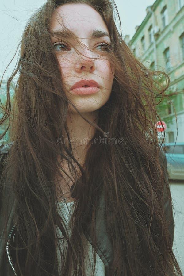 Sensual enrugado, uma garota bonita se posando de cabelo ventoso lá fora, raios solares de grande ângulo, imitação da lente de fotos de stock