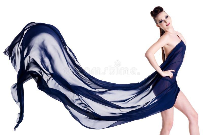Sensualità e donna elegante che propongono con il chiffon fotografie stock libere da diritti