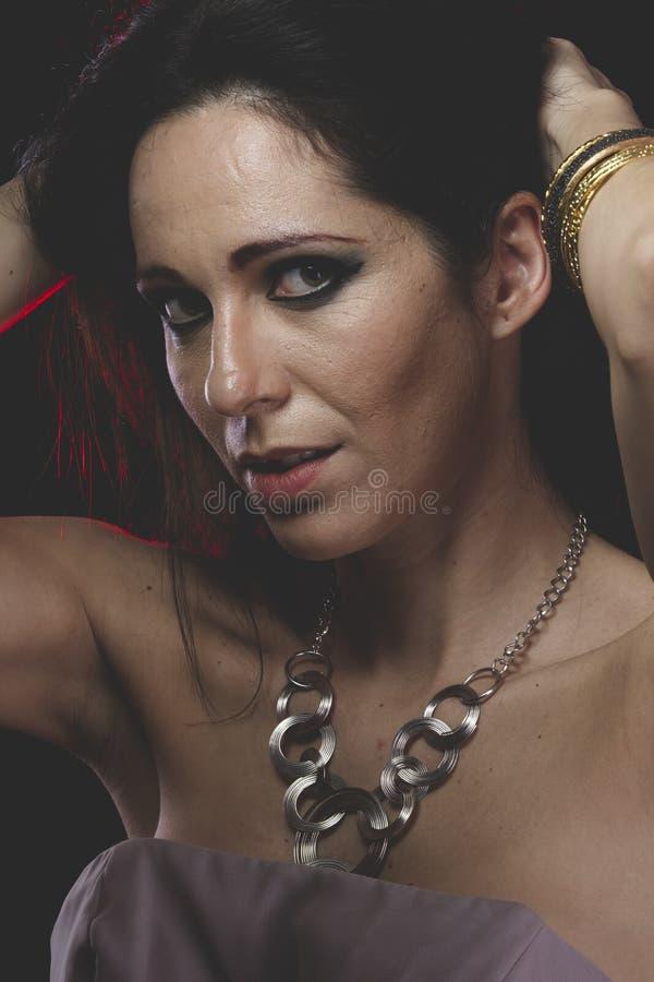 Sensualitet kvinna med Venetian maskeringsmetall, ledset och eftertänksamt royaltyfri fotografi