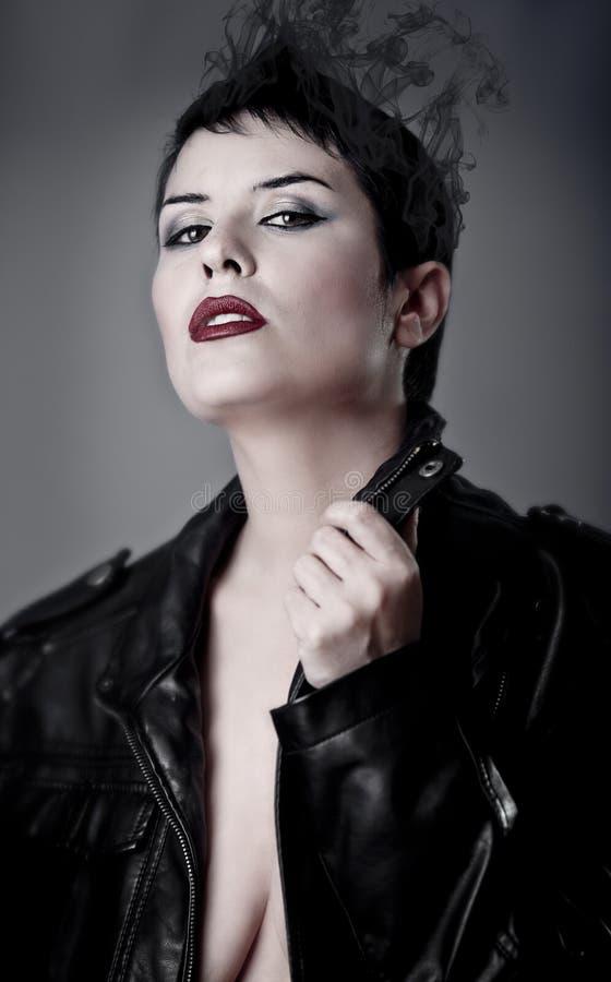 Sensualitet skönhetbegrepp, härlig brunettkvinna med slätt arkivfoto