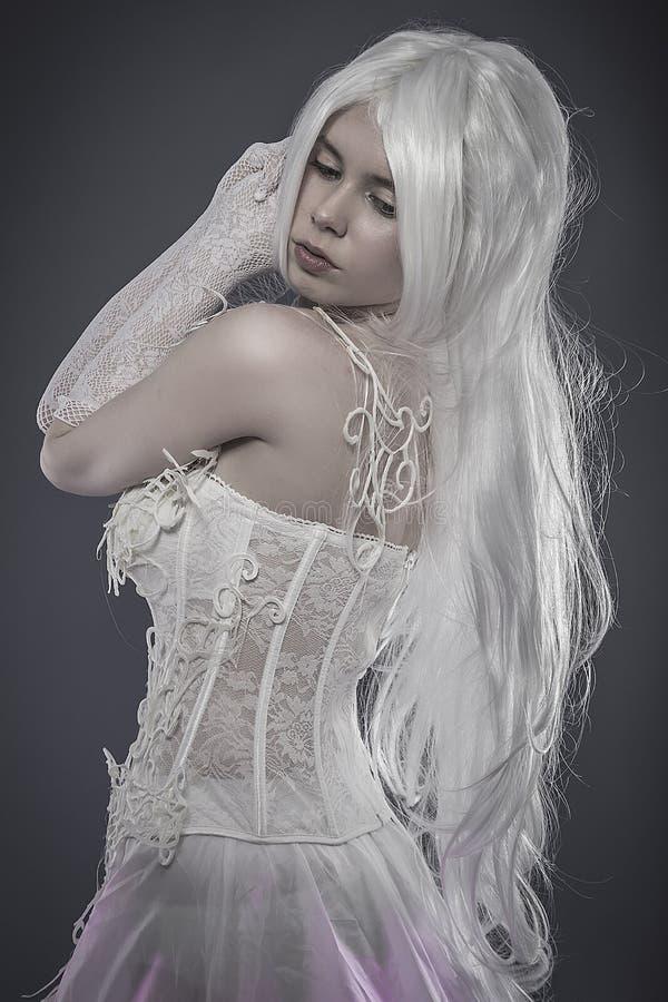 Sensualitetfantasibegrepp, sinnlig ung kvinna med tappningwhi royaltyfria bilder