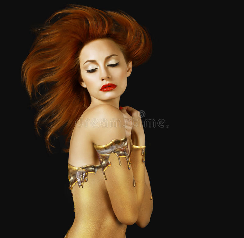 sensuality Röd hårkvinna med guld- hud arkivbild