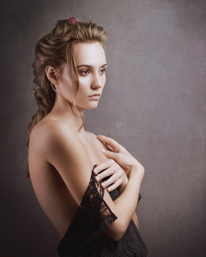sensuality Skönhetblondin Negativa sinnesrörelser på en framsida royaltyfri foto